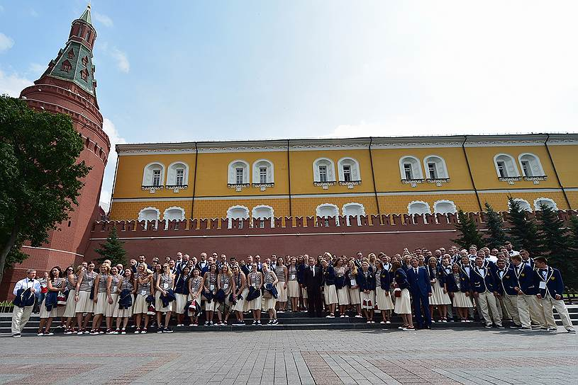 Члены олимпийской сборной России после церемонии возложения цветов к Могиле Неизвестного Солдата в Александровском саду