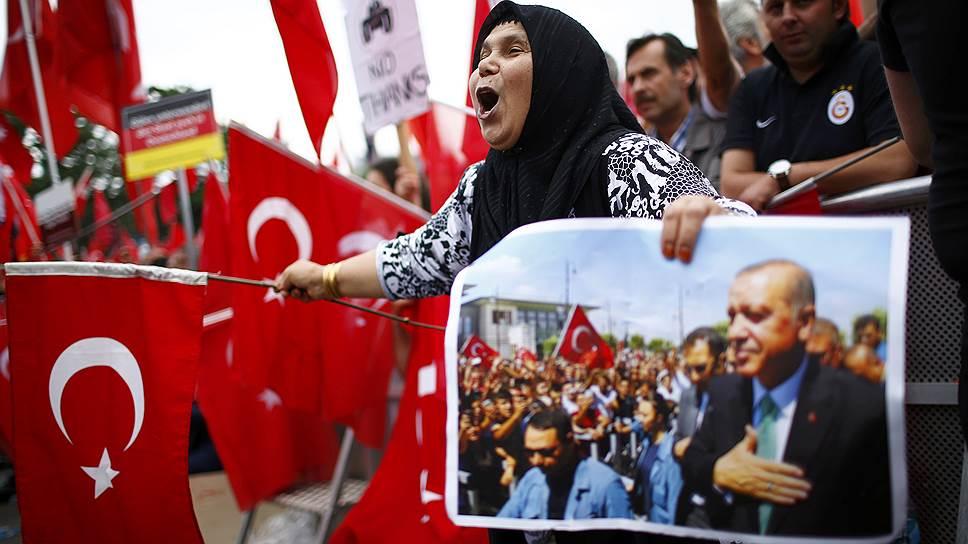 Как в Кельне выступили в поддержку Реджепа Тайипа Эрдогана