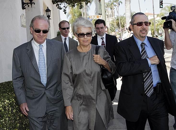 1 ноября 1997 года суд штата Калифорния официально расторг брак между основателем и владельцем компаний AT&T Mobility и Clearwire Corporation Крейгом Маккоу и его супругой Венди. Компенсация составила $460 млн в виде акций компании Nextel Communications <br>На фото: Венди Маккоу (в центре)