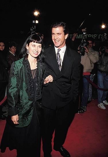 24 декабря 2011 года Высший суд штата Калифорния официально расторг брак актера и режиссера Мела Гибсона с его супругой Робин Мур. По решению суда, супруга получила половину состояния — около $425 млн. Кроме того, экс-супруга и семь общих детей будут получать 50% всех будущих гонораров актера
