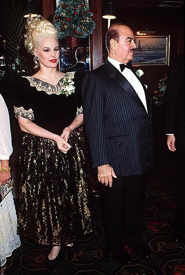 В 1982 году состоялся развод уроженца Саудовской Аравии Аднана Хашокджи, который занимался торговлей оружием и владел отелями и банками. По решению суда бывшая супруга Сорайя (до принятия ислама — Сандра Дэли) получила $874 млн (эквивалентно нынешним $2,1 млрд).