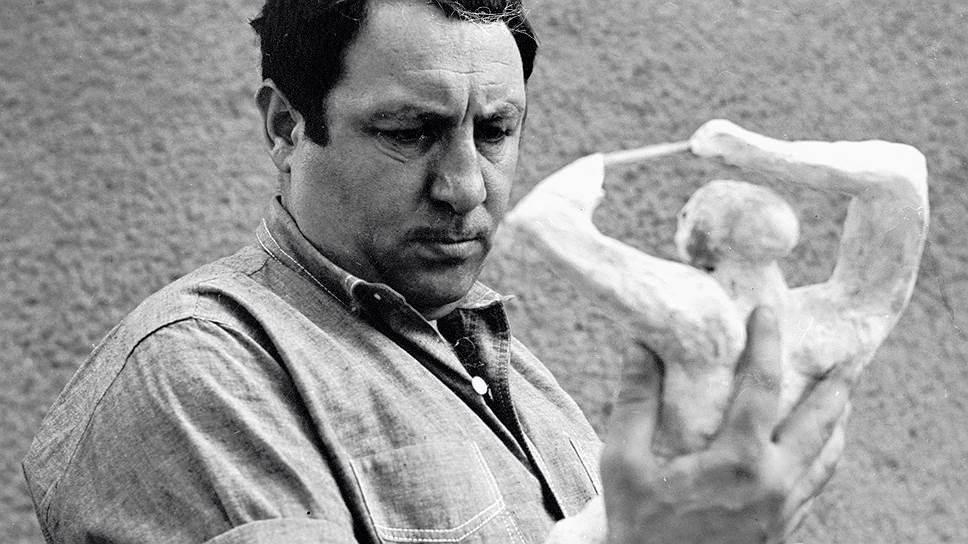 Эрнст Неизвестный родился в Свердловске в 1925 году. Здесь он начинал рисовать, когда школьником ходил в изостудию при Дворце пионеров. В 1943 году будущий скульптор добровольцем ушел на фронт, в апреле 1945 после тяжелого раненя вернулся в родной Свердловск, где преподавал черчение в Суворовском училище