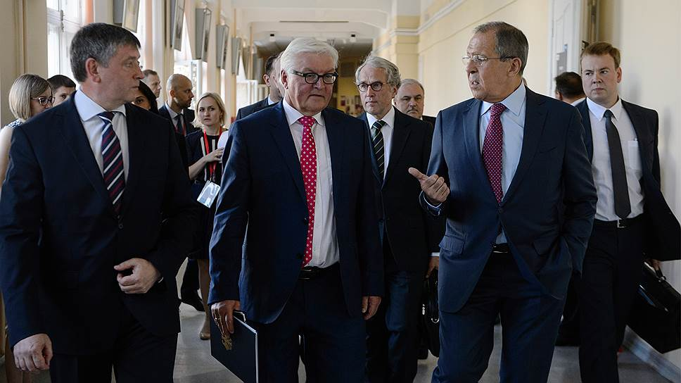 Глава МИД Германии Франк-Вальтер Штайнмайер (в центре) и глава МИД России Сергей Лавров (справа)
