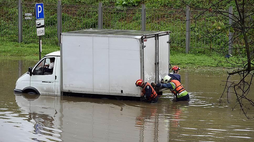 Как сильный дождь в Москве подтопил центральные улицы