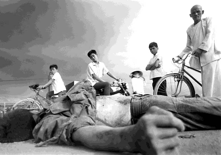 Эдди Адамс. 5 мая 1968  года. «Молодые вьетнамцы смотрят на убитого военного»<br>В мае 1968 года северовьетнамская коммунистическая армия начала наступление в китайском районе Сайгона. В ходе коротких столкновений погибли несколько мирных жителей, но серьезных военных успехов операция не принесла