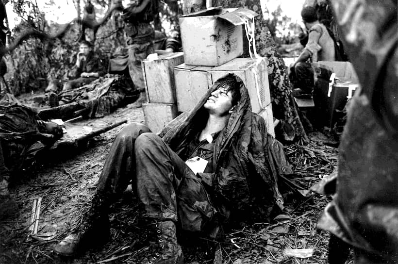 Хуберт Ван Эс. 19 мая 1969  года. «Американский десантник мучается от боли в ожидании медицинской помощи»<br>За время вьетнамской войны до 60 тыс. американских военных были убиты, еще 300 тыс. были ранены