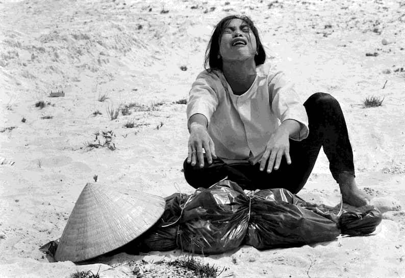 Хорст Фаас. 11 апреля 1969 года. «Женщина плачет над телом своего мужа, найденного в братской могиле южновьетнамских военных»<br>18 лет войны силы Южного Вьетнама потеряли около 250 тыс. человек убитыми. При этом количество пострадавших мирных жителей до сих пор точно не установлены