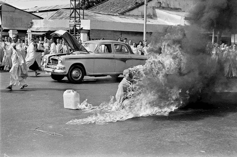 Малколм Браун. 11 июля 1963 года. «Буддистский монах Тхить Куанг Дык во время акта самосожжения в Сайгоне»<br>В 1963 году в Южном Вьетнаме назрел так называемый «буддистский кризис» после того, как власти республики разогнали религиозную демонстрацию. Во время акции погибли девять человек. В знак протеста против гонений на буддистов монах Тхить Куанг Дык поджег себя