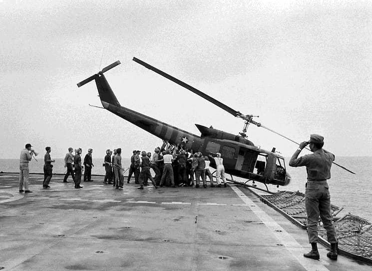 29 апреля 1975 года. «Военные сталкивают вертолет в море, чтобы освободить место для эвакуационных воздушных судов»