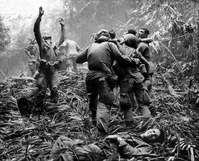 Арт Гринспон. 14 апреля 1968 года. «Американские военные помогают пострадавшим сослуживцам и сигнализируют вертолету медицинской помощи»