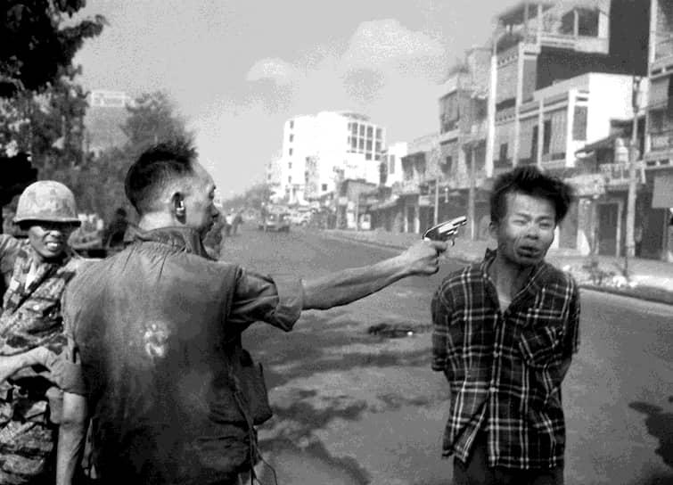 Эдди Адамс. 1 февраля 1968 года. «Казнь в Сайгоне»<br>В феврале 1968 года северовьетнамские военные начали масштабное наступление в Сайгоне. Фотограф был в китайском квартале города и увидел, как военные передают пленного мирного жителя своему командиру. Тот вытащил пистолет и выстрелил в молодого человека. За этот кадр Эдди Адамс получил Пулитцеровскую премию, но отказался от нее. «Я получил деньги за показ убийства. Уничтожены две жизни, а мне за это заплатили», — заявил фотограф. Снимок попал на первые полосы многих газет и значительно изменил отношение мирового сообщества к событиям во Вьетнаме
