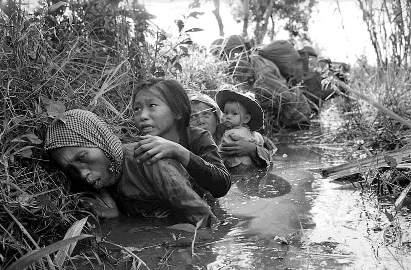 Хорст Фаас. 1 января 1966 года. «Женщины и дети укрываются в канале от бомбардировки северовьетнамских ВВС»
