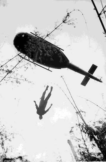 Генри Хьюет. 14 мая 1966 года. «Вертолет поднимает тело мертвого американского парашютиста, чтобы перевезти его из зоны военного конфликта»