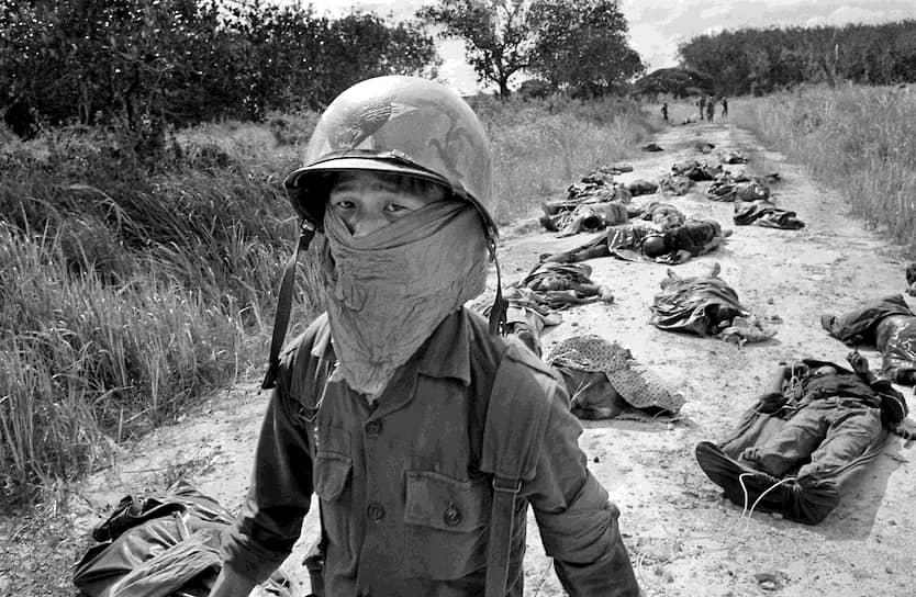 Хорст Фаас. 27 ноября 1965 года. «Южновьетнамский военный в повязке, защищающей от трупного запаха»<br>Поздней осенью 1965 года началось первое столкновение регулярных войск США с военными Северного Вьетнама