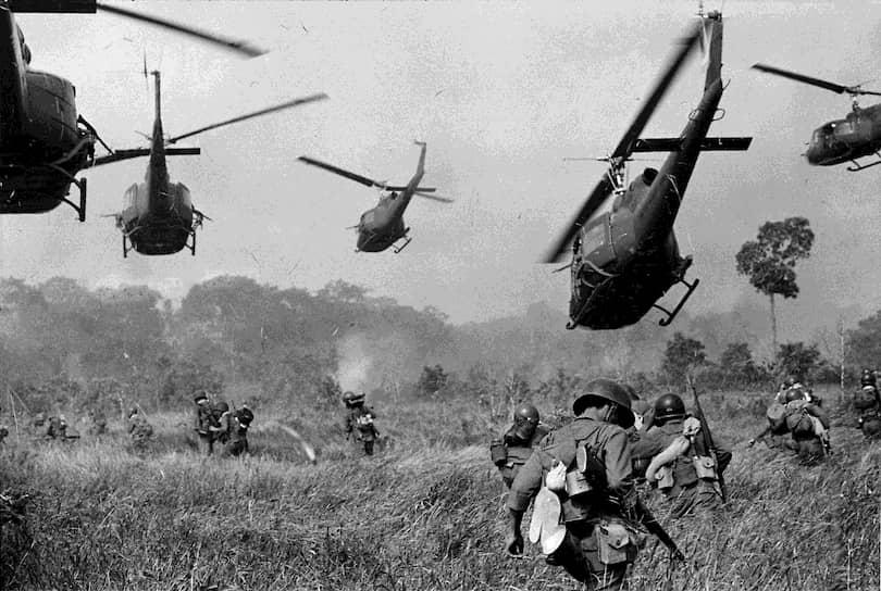 Хорст Фаас. 1 марта 1965. «Американские вертолеты прикрывают наступление южно вьетнамских войск под Тэйнином»<br>В начале марта 1965 года Южновьетнамские ВВС совместно с военными из США начали операцию «Раскаты грома» — масштабные бомбардировки северовьетнамских позиций. Удары наносились по гражданским объектам и рисовым полям, чтобы вызвать панику и неурожай в Северном Вьетнаме