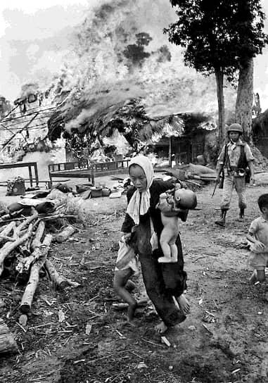 Хорст Фаас. 15 июля 1963 года. «Женщина с детьми бежит из горящего дома»<br> Всего за время войны более 700 тыс. граждан Южного Вьетнама покинули свои дома
