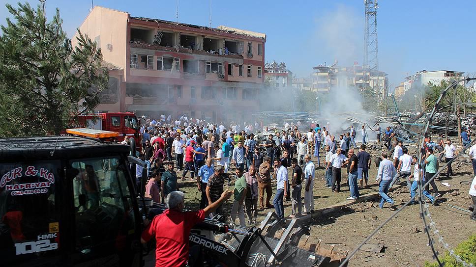 Как у отделения полиции в Турции взорвался автомобиль