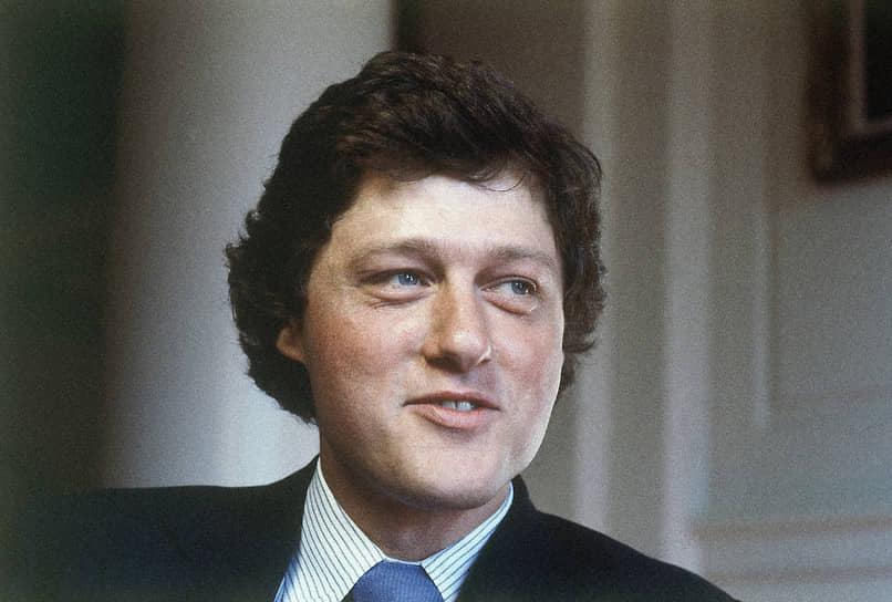 Будущий президент поступил в Джорджтаунский университет на специальность «международные отношения», окончил его в 1968 году. После этого он получил стипендию имени Родса на обучение в Оксфордском университете, а когда вернулся в США, поступил на юридический факультет Йельского университета