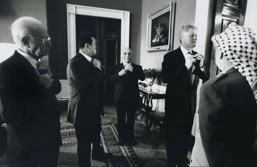 «Лучше поражать мир силой нашего примера, чем примером нашей силы»<br>При посредничестве Билла Клинтона в 1993 году было подписано мирное соглашение между Израилем и Организацией освобождения Палестины, годом позже — аналогичное соглашение между Израилем и Иорданией. В 1995 году при участии США был урегулирован кризис в Боснии и Герцеговине
