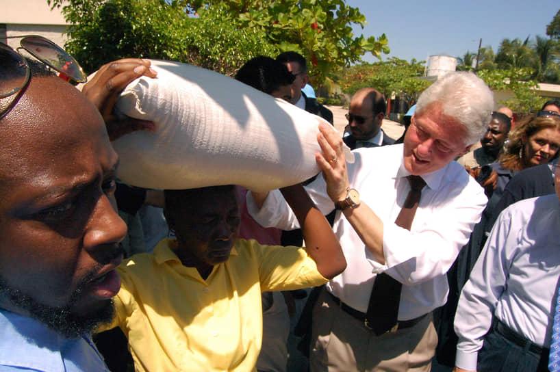 «Мы не сможем построить наше собственное будущее, если не будем помогать другим строить их будущее»<br>В январе 2010 года после разрушительного землетрясения на Гаити Билл Клинтон вместе с Джорджем Бушем-младшим возглавил фонд помощи пострадавшим. Господин Клинтон выделил на восстановление острова $1,25 млн
