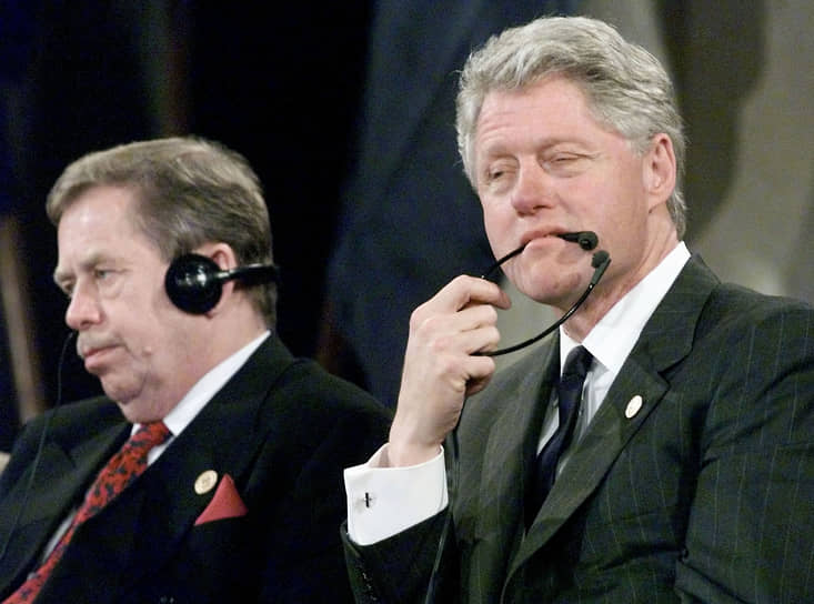 В 1998 году против него был начат процесс импичмента. Билл Клинтон обвинялся в ложных показаниях суду и создании препятствий правосудию. Разбирательство длилось около года, в итоге президент был оправдан Сенатом