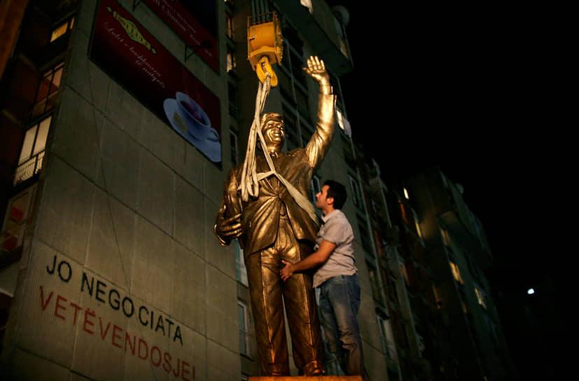 Билл Клинтон награжден Национальным орденом чести и заслуг (Гаити), орденом Доброй Надежды I степени (ЮАР), орденом Победы Имени Святого Георгия (Грузия). В Приштине (Косово) имя Билла Клинтона получил центральный бульвар. В 2009 году на нем открыли 3,5-метровый памятник бывшему президенту США
