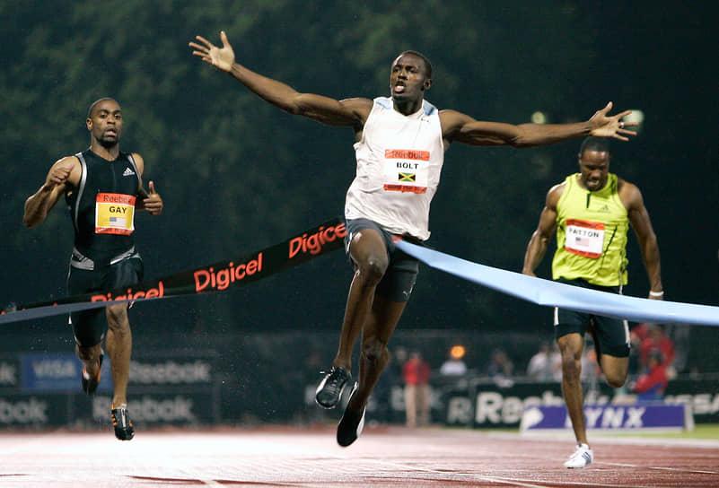 На школьных соревнованиях по крикету тренер по легкой атлетике Пабло Макнейл обратил внимание на скорость движения спортсмена. После игры Макнейл посоветовал Усэйну Болту перейти в легкую атлетику. Уже в 2001 году Болт выиграл свою первую медаль — на чемпионате Ямайки среди учащихся  средней школы он занял второе место в беге на 200 м, пробежав дистанцию за 22,04 секунды