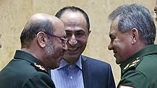 Ранее находившие взаимопонимание глава Минобороны РФ Сергей Шойгу и его иранский коллега Хосейн Дехган (слева) разошлись в оценках ситуации вокруг базы в Хамадане