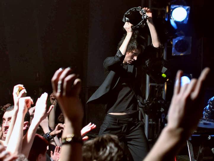 В 2013 году Земфира презентовала альбом «Жить в твоей голове». Несмотря на то что он был доступен бесплатно в «Яндекс.Музыке», доходы от интернет-продаж только за первый месяц составили 2 млн руб. На тот момент это было рекордом для российских исполнителей