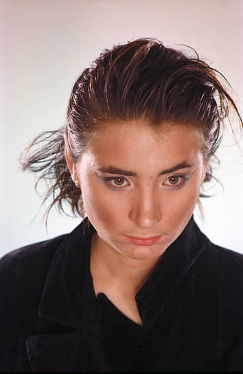 В 1998 году Земфира уехала в Москву, где записала дебютный альбом «Zемфира». В работе над пластинкой молодой артистке помог солист группы «Мумий Тролль» Илья Лагутенко. В мае 1999 года состоялся первый московский концерт певицы и презентация альбома
