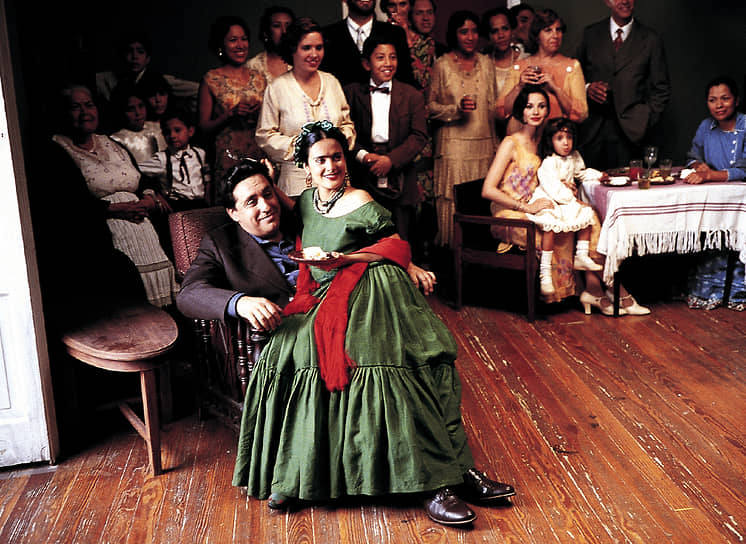 Всего в фильмографии Хайек более 60 картин, среди самых известных — «Дикий, дикий Запад», «Догма», «Однажды в Мексике», «Спроси у пыли» и другие. Она стала второй в истории мексиканской актрисой, которая получила номинацию на премию «Оскар» — за роль Фриды Кало в одноименном фильме (2002, кадр на фото), она также выступила продюсером этого фильма