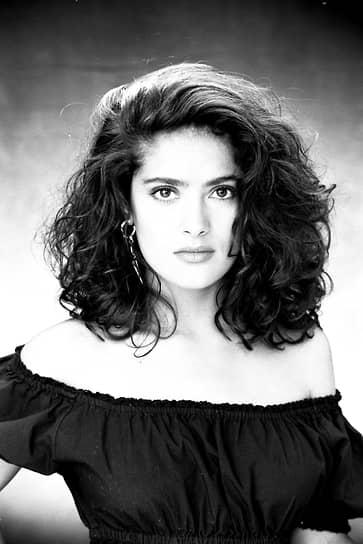 Сальма Вальгарма Хайек Хименес-Пино родилась 2 сентября 1966 года в мексиканском городе Коацакоалькос в семье оперной певицы испанского происхождения и управляющего нефтяной компанией ливанского происхождения. В 12 лет будущую актрису отправили учиться в католическую школу-интернат для девочек в Луизиане (США). Когда Хайек отчислили за плохое поведение, она переехала в Хьюстон, где прожила до 17 лет. После школы будущая актриса поступила на факультет международных отношений в Иберо-Американский университет в Мехико