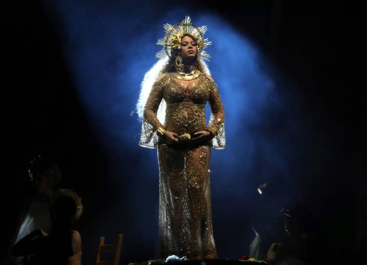 В феврале 2017 года певица удивила зрителей «Грэмми», выступив на сцене в образе Девы Марии и богинь Ошун и Кали. Находясь на последних месяцах беременности,  Beyonce исполнила ряд опасных трюков. К примеру, ей пришлось балансировать надвух ножках стула, который наклонялся