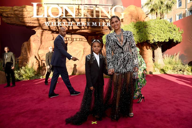 В 2020 году Бейонсе стала вторым в истории исполнителем (после Мэрайи Кэри), который лидировал со своими хитами четыре десятилетия: 1990-е, 2000-е, 2010-е и 2020-е годы. В марте 2021 года, она вышла на первое место среди женщин по числу наград премии «Грэмми» (28 статуэток) <br>На фото: с дочерью Блю Айви Картер