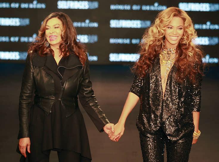 В 2004 году Бейонсе и ее мать Тина Ноулз (на фото слева) основали марку одежды House of Dereon. В 2009-м они выпустили линию одежды, основанную на костюмах для концертного турв певицы. В 2016 году певица представила одежду Lemonade, по мотивам одноименного визуального альбома, вышедшего весной