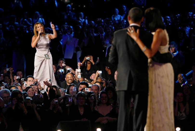 «Власть не дана вам. Вы должны добиться ее»<br> Бейонсе открыто поддерживала 44-го президента США Барака Обаму. В 2008 году она дала несколько концертов в его поддержку, а в 2013 году на второй инаугурации певица исполнила национальный гимн. Однако в прессе стали появляться публикации, что Бейонсе пела под фонограмму. В ответ певица собрала пресс-конференцию, где исполнила гимн без музыкального сопровождения<br>На фото: Бейонсе и 44-й президент США Барак Обама с супругой Мишель