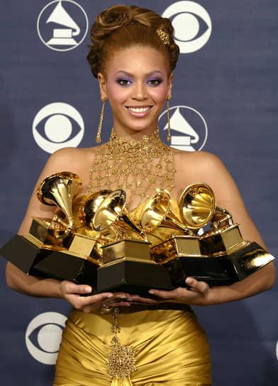 Дебютный сольный альбом Dangerously in Love принес Бейонсе успех. В июне 2003 года его продажи в первую неделю достигли 317 тыс. копий, а за год — 4,7 млн копий. Самыми успешными песнями альбома стали Crazy in Love и Baby Boy. Сольный дебют принес Бейонсе пять «Грэмми» (на фото), в 2004 году она получила премию BRIT Awards