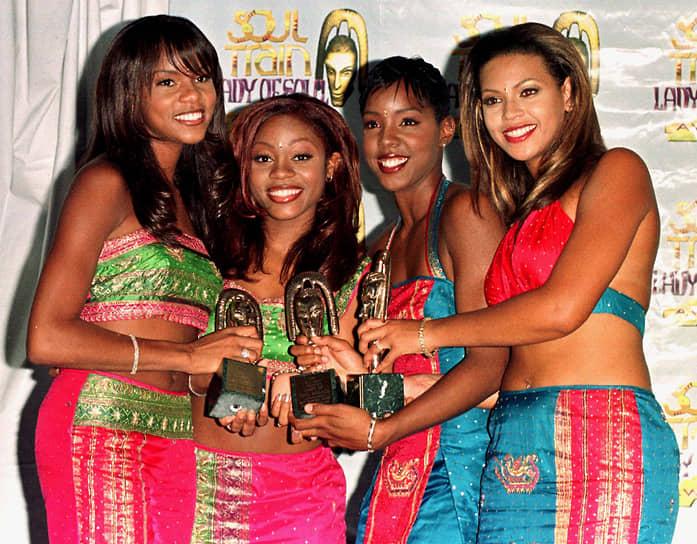 В 8 лет Бейонсе стала солисткой детской R&B-группы Girl's Tyme. Коллектив участвовал в конкурсах и выступал на различных мероприятиях, однако серьезных успехов не достиг. В 1997 году группу переименовали в Destiny's Child, из первого состава в ней остались только Бейонсе (крайняя справа) и ее подруга Латания Робертсон (вторая слева). Группа прославилась в том же году, записав песню к фильму «Люди в черном» под названием Killing Time. По данным Американской ассоциации звукозаписывающих компаний, всего в США было продано свыше 100 млн записей группы