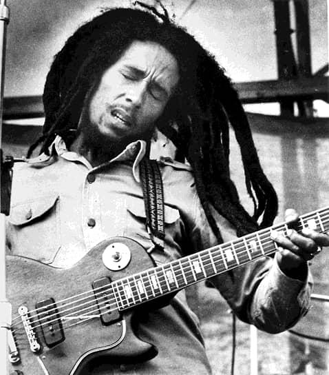 Боб Марли<br>В декабре 1976 года дом музыканта обстреляли неизвестные. В этот момент там кроме самого Марли находились его жена и менеджер Дон Тейлор. Инцидент произошел за несколько дней до бесплатного концерта, организованного премьер-министром Ямайки Майклом Мэнли. На нем Боб Марли исполнил несколько песен, несмотря на полученные ранения. Певец объяснил свой поступок так: «В мире слишком много зла, я не имею права тратить хотя бы один день впустую»