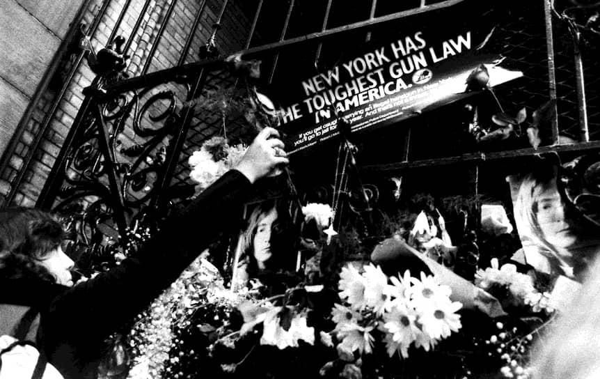 Джон Леннон<br>8 декабря 1980 года Джон Леннон был убит у собственного дома в Нью-Йорке. Убийцей стал фанат Марк Чэпмен, которого позднее суд признал психически неуравновешенным. За несколько часов до преступления, он получил автограф певца. В 22:50 он пять раз выстрелил в спину Леннону, но даже не пытался скрыться от охраны и полиции, сразу признал свою вину. О смерти бывшего битла стало известно в этот же вечер — корреспондент ABC находился в больнице, куда доставили Леннона, и сообщил об этом коллегам. На следующее утро у дома певца собрались поклонники, которые усыпали ворота во двор цветами и портретами Леннона