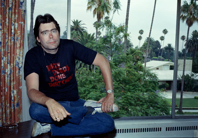 Стивен Кинг<br>20 апреля 1991 года поклонник творчества писателя Эрик Кин залез в неохраняемый особняк Кинга через окно на кухне. В руках у злоумышленника была коробка с тикающим механизмом. Кин начал кричать, что Кинг украл сюжет романа «Мизери» у его тетки и что взорвет бомбу. Позднее выяснилось, что преступник ранее вымогал деньги у писателя, в ходе экспертизы установлено, что Кин страдал шизофренией. В коробке, которую он все еще держал в руках во время задержания, оказался просто будильник. После этого инцидента Стивен Кинг установил в доме сигнализацию и отказался от вечерних прогулок в одиночестве