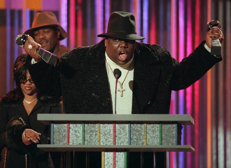 The Notorious B.I.G.<br> 9 марта 1997 года известный рэпер возвращался в отель в Лос-Анджелесе, когда его машину расстреляли. The Notorious B.I.G. скончался от пяти огнестрельных ранений. По одной из версий, нападение стало местью за убийство Тупака, однако это не доказано, а дело Ноториуса все еще не раскрыто. Убийство рэпера стало поводом для примирения враждующих группировок Западного и Восточного побережий — после похорон Ноториуса представители обоих рэп-кланов провели встречу в Чикаго и выпустили объединенный альбом