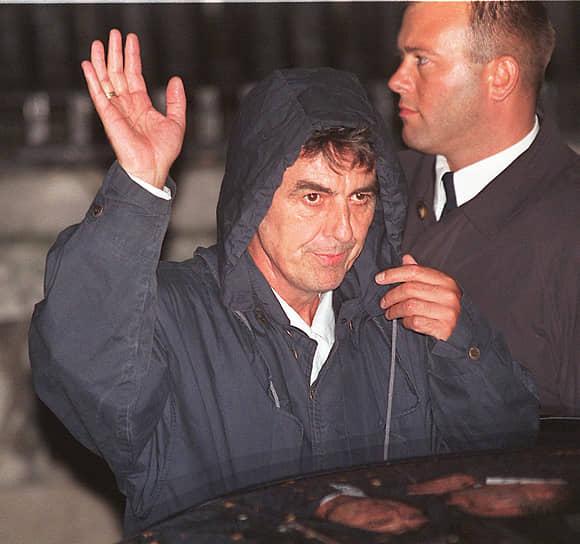 Джордж Харрисон <br>В ночь на 30 декабря 1999 года бывший гитарист The Beatles выжил после вооруженного нападения Майкла Абрама. Он проник в поместье Харрисона и нанес музыканту несколько ножевых ранений в грудь. Думая, что настал его последний час, Харрисон кричал в лицо нападавшему мантру «Харе Кришна». Жена музыканта Оливия обезвредила нападавшего и передала его полиции. Майкл Абрам полагал, что был послан Богом для исполнения особой миссии, заключавшейся в убийстве Харрисона. Позже он был признан сумасшедшим и помещен в психиатрическую больницу строгого режима, но после смерти Харрисона отпущен на свободу