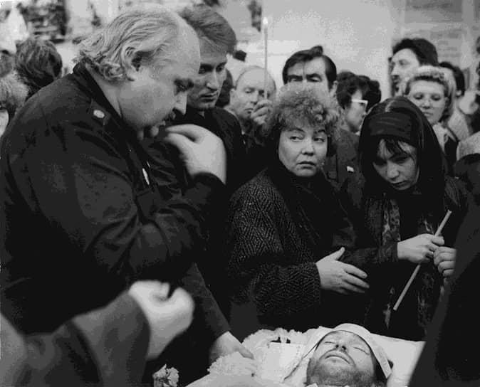 Игорь Тальков <br>6 октября 1991 года Игорь Тальков был убит в Санкт-Петербурге во время сборного эстрадного концерта, проходившего во дворце спорта «Юбилейный». За кулисами вспыхнул конфликт из-за очередности выхода на сцену между охранником певицы Азизы Игорем Малаховым и командой Талькова. В ходе потасовки певец получил смертельное пулевое ранение, однако кто именно произвел выстрел, установить не удалось. Малахову дали 2,5 года условно за незаконное приобретение и хранение оружия. Под подозрением также был коммерческий директор Талькова Валерий Шляфман, однако он эмигрировал в Израиль. В ноябре 2018 года СКР возобновил расследование об убийстве