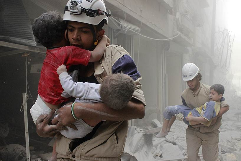 В рядах «Сирийской гражданской обороны» (организация больше известна как «Белые каски») состоит около 3 тыс. человек. Они проводят спасательные операции, оказывают первую медицинскую помощь, доставляют пострадавших от взрывов в больницы