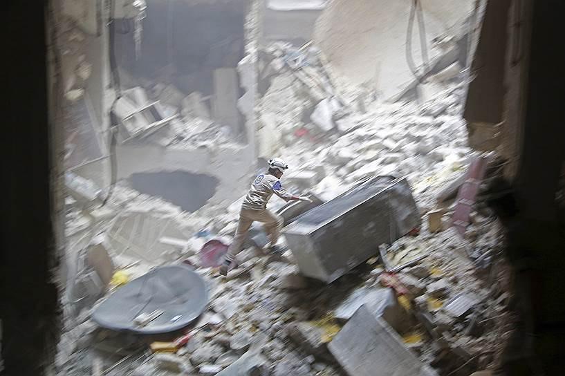 «Белые каски» были созданы в 2012 году волонтерами, которые начали на добровольной основе помогать жителям сирийских городов, попавшим под обстрелы