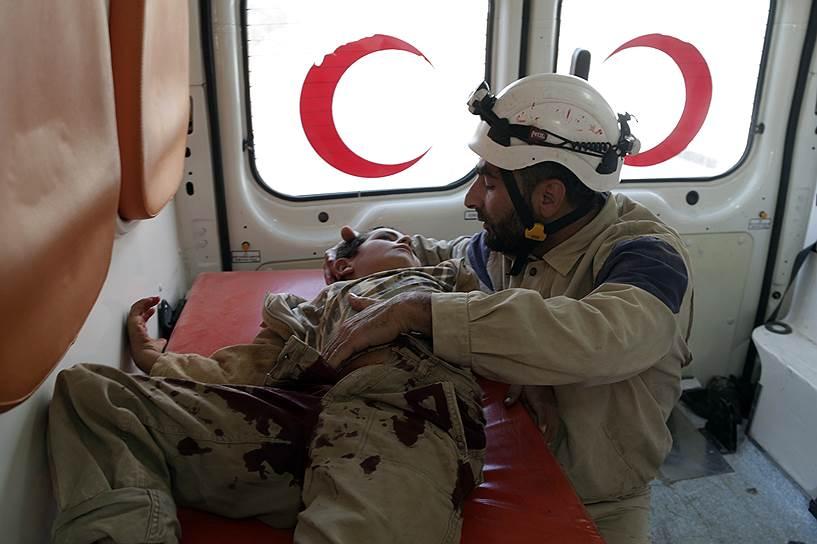Среди «Белых касок» почти нет профессиональных спасателей — они работают только в специальных центрах, где добровольцы проходят обучение в течение нескольких недель, сообщается на сайте организации