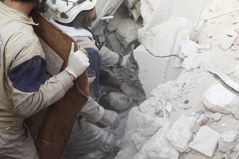 «Сирийскую гражданскую оборону» спонсируют компании и правительства разных стран, в частности Великобритании, Японии, Дании, Нидерландов. По данным агентства Reuters, из-за наложенных на Сирию санкций деньги переводятся через фонд Mayday rescue