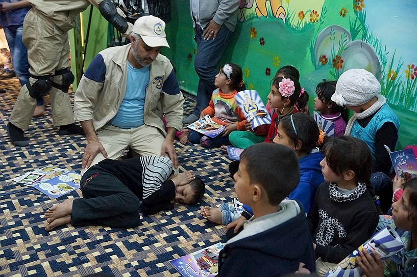 «Белые каски» проводят урок безопасности для детей в городе Дараа