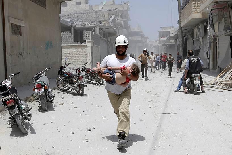 В конце августа «Белые каски» отказались сотрудничать с ООН, которая, по мнению волонтеров, помогает режиму Башара Асада. Представитель ООН Стефан Дуярич опроверг эти заявления, однако группы помощи не стали восстанавливать сотрудничество